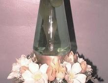 Лавовая лампа с обвесом из пластиковых цветов времен расцвета культуры хиппи